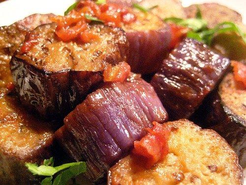 Тушеные баклажаны с помидорами