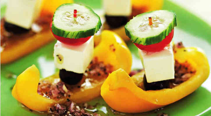 Греческий салат на шпажке в лодочке из перца