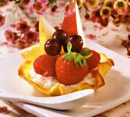 Корзиночки с творожным кремом и фруктами