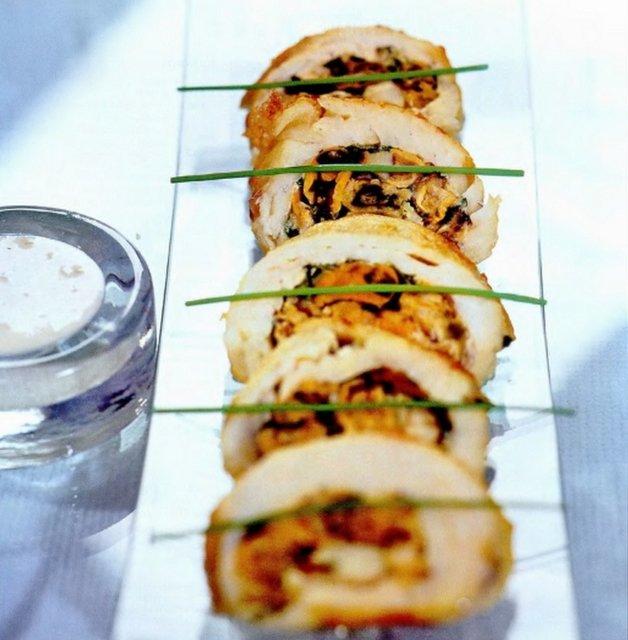 Рулет из рыбы с мидиями в сливочном соусе