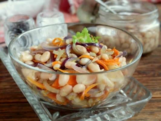 Салат из трески с яблоком и фасолью