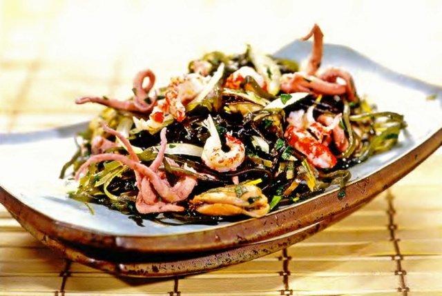 Салат из морской капусты с морепродуктами