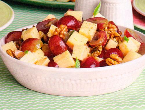 Салат из сыра с виноградом и орехами