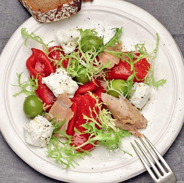Салат с тунцом, козьим сыром и маринованными перцами