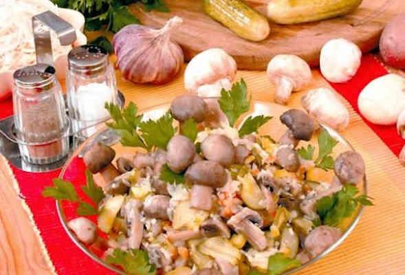 Салат из квашеной капусты и маринованных грибов