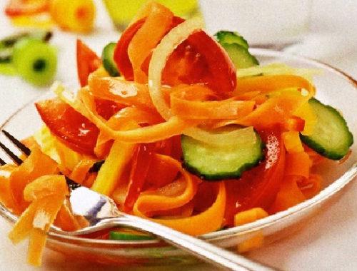 Летний салат с маринованной морковью