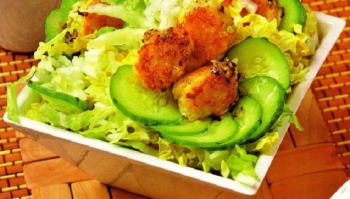 Овощной салат с рисом и рыбными фрикадельками