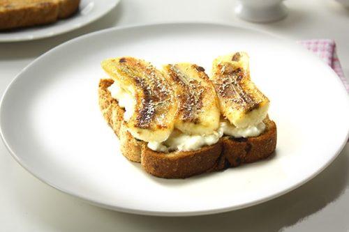 Бутерброд с творогом и бананами