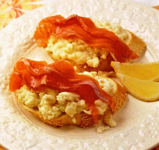 Бутерброды с форелью и омлетом