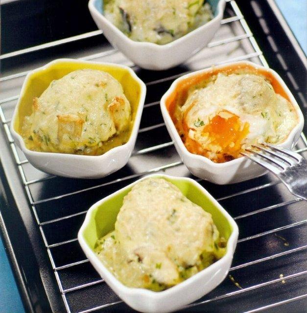 Блюдо из яиц, запеченных в соусе из шампиньонов